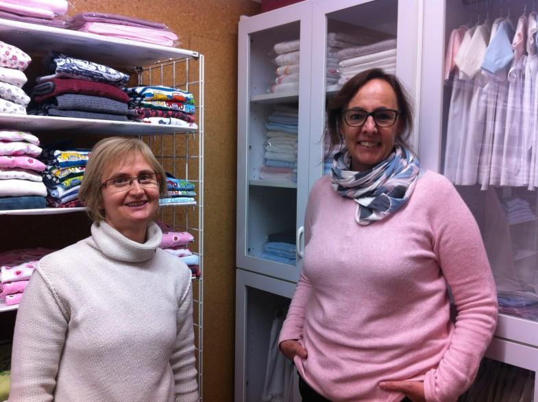 Montse (dreta) i la seva companya a la botiga